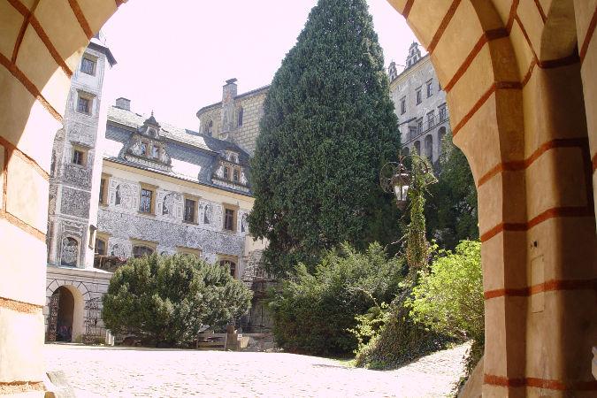 zamek-frydlant-dziedziniec
